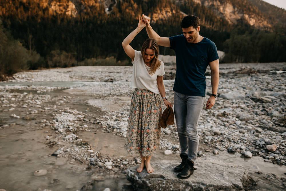 Paarfotos am Fluss in Sommer